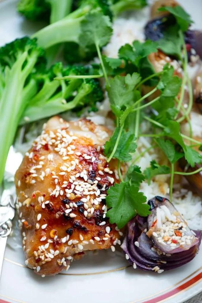 De lækre ovnbagte kyllingelår serveret med kokosris og ovnbagte løg