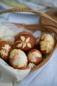 Æg farvet med naturmaterialer