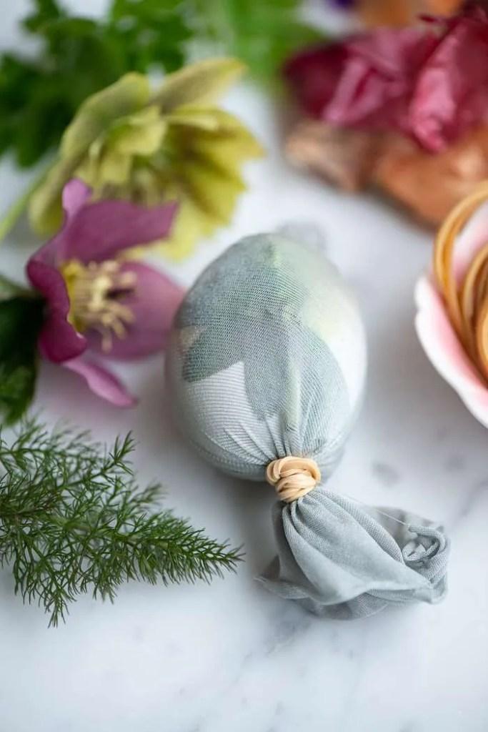 Stram strømpen til omkring ægget