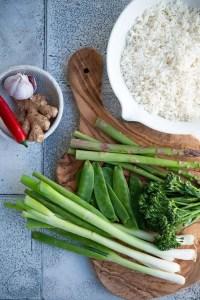 Ingredienser til stegte ris med grøntsager