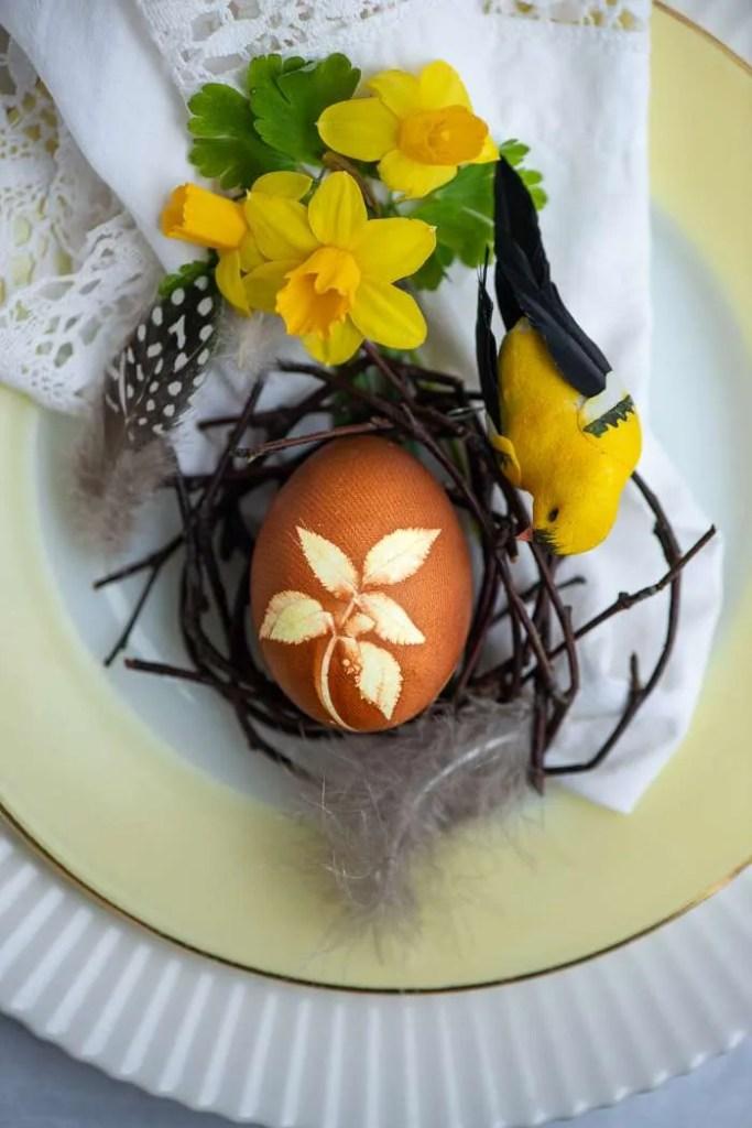 Hårdkogt æg med blomstermotiv