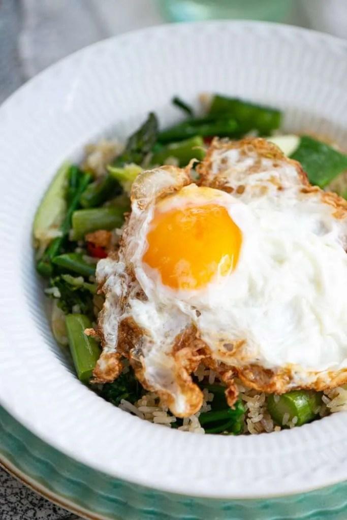 Sprødstegte asiatiske spejlæg på fried rice