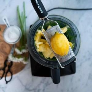Citronskal rives på microplan rivejern. I foodprocessoren skål kan man se smør. I baggrunden stilke der er klippet væk