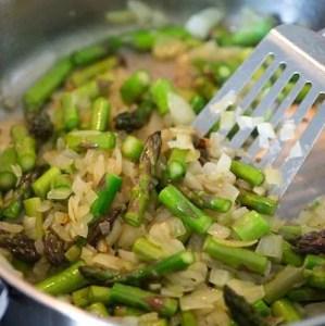 løg og asparges i panden