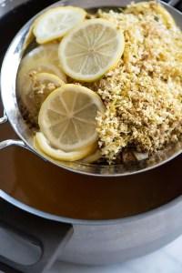 Citron og hyldeblomster fra hyldeblomstsaft klar til at lave marmelade