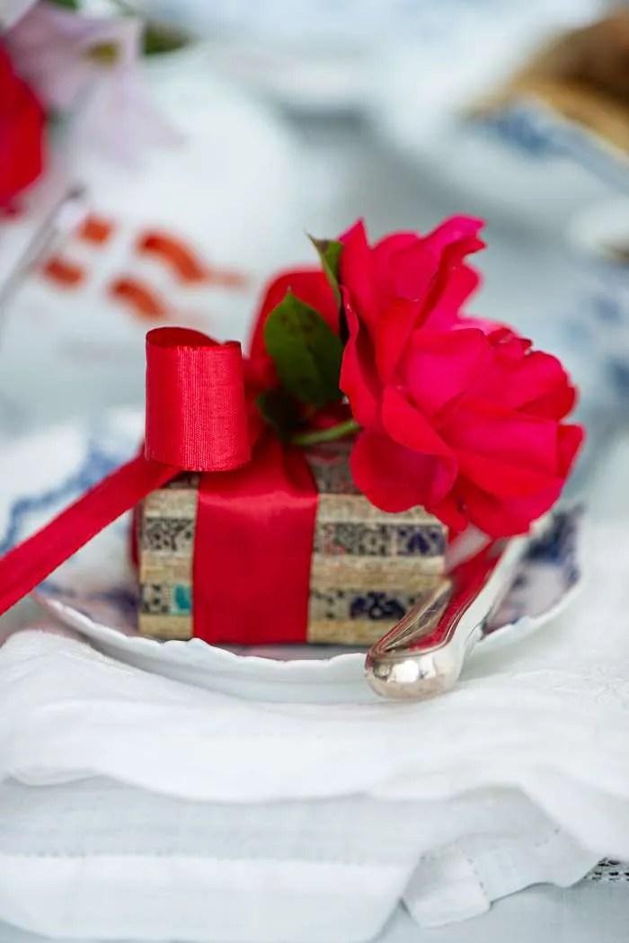 En lille gave på et fødselsdagsbord for at illustrerer at min blog har fødselsdag i næste uge