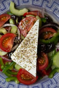 Græsk salat med fetaost øverst