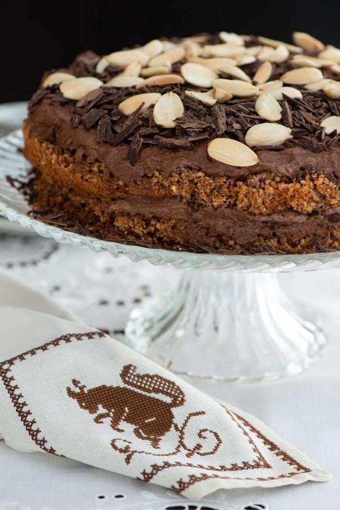 Den bøhmiske nøddekage på et lagkagefad så man kan se hvordan den færdige kage skal se ud