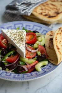 Her er Horakiti salaten med de ægte græske pitabrød