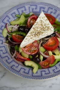 Horiatiki salat med feta på toppen som i Grækenland