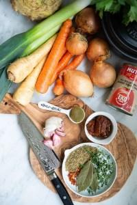 Alt hvad der skal bruges til at lave den sunde tomatsovs med grøntsager