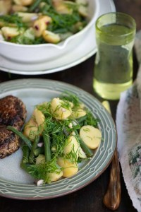 Kartoffelsalat med grønne bønner serveret med frikadeller