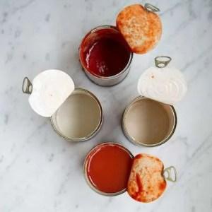 Tomatdåserne skylles så man får alt tomatsaften med