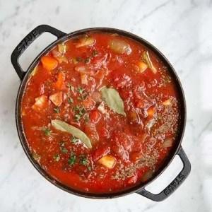 Tomatsovsen er nu klar og skal bare simre
