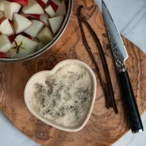 Vaniljen fordeles i sukkeret og stilles til side til lidt senere