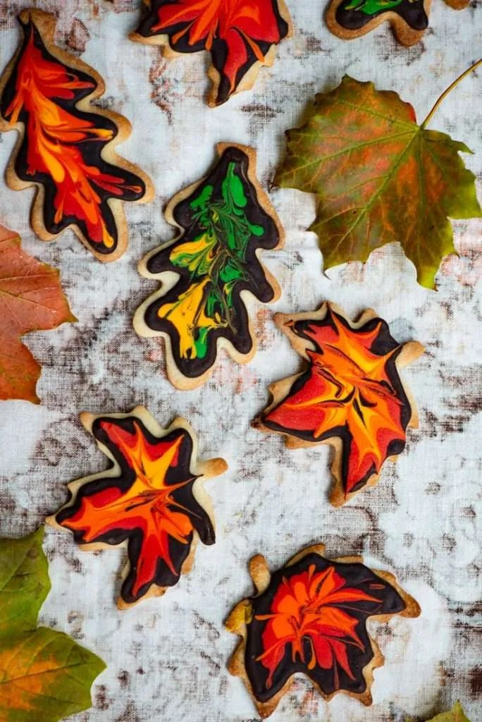 Småkager pyntet som efterårsblade