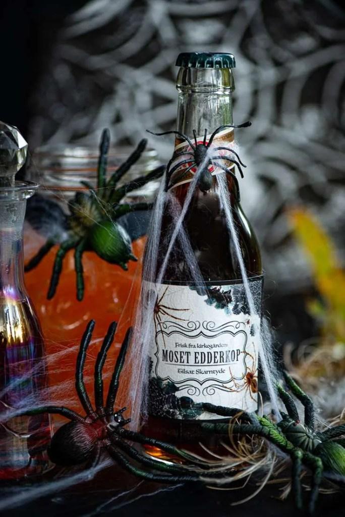 Sodavandsflasken er pyntet med en gratis etiket og spindelvæv