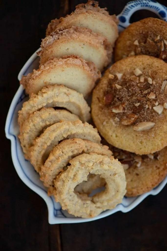 Tre slags julesmåkager: håkonskager, vaniljekranse og jødekager. Tre af de bedste danske julesmåkager
