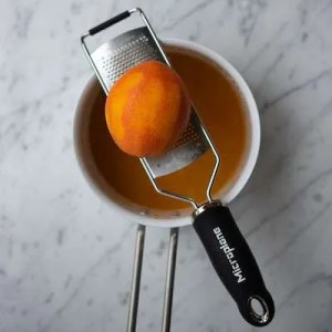 appelsinskallen rives på et micronplan rivejern