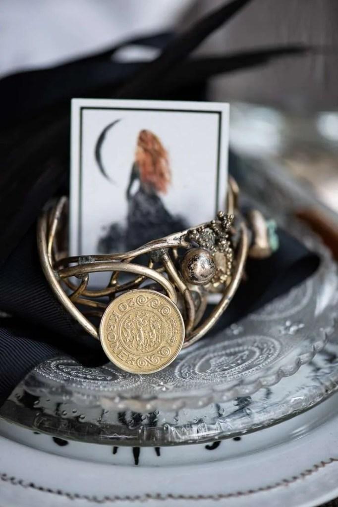 På billedet kan man blandt andet se en kvinde under nymånen og en mønt