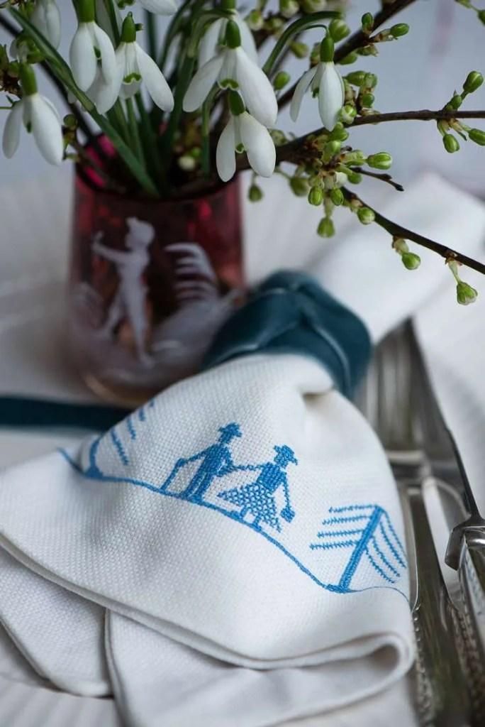Bordet er dækket med vintergækker til den første forårsuge