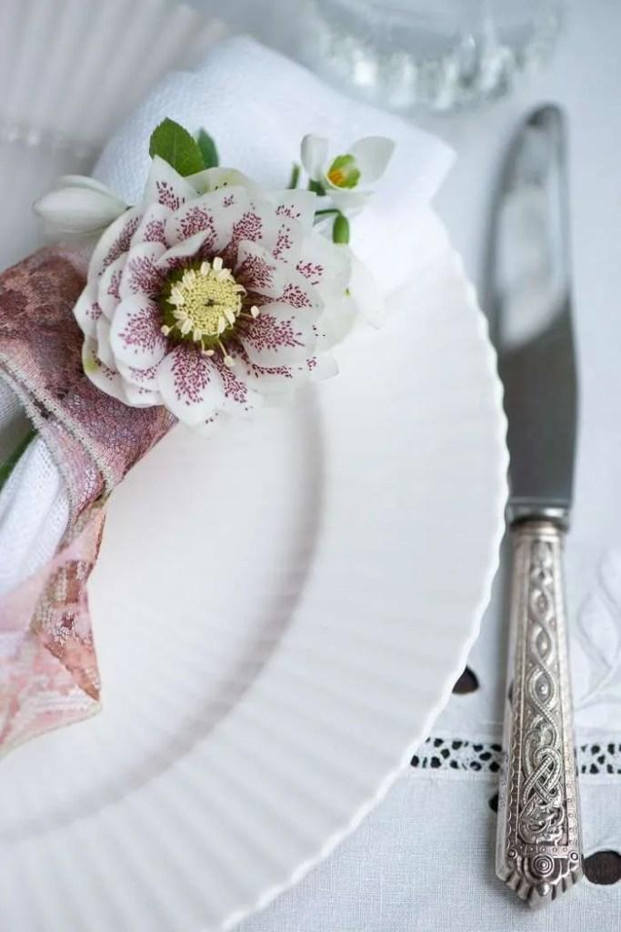 Bordet er dækket med smukke blomster til aftensmad i marts