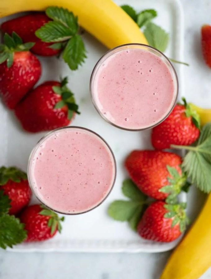 To glas banansmoothie med jordbær