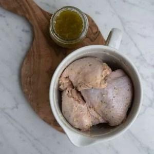 Her kan man se de græske kyllingelår ligge i marinaden i en stor skål.