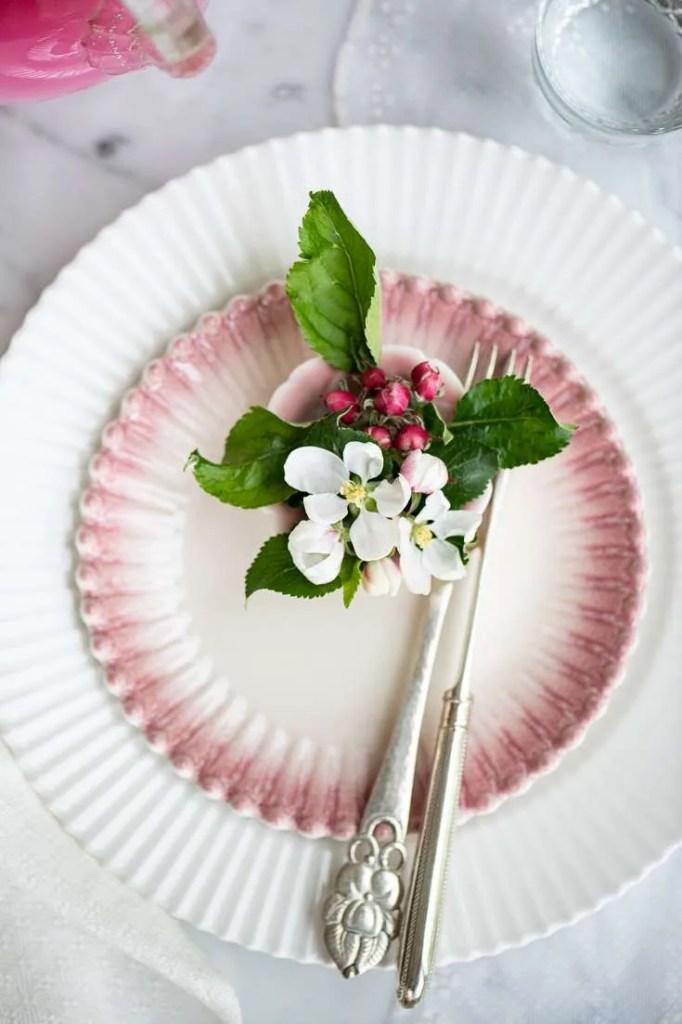 Bordet er dækket i yndigt lyserødt med æbleblomster
