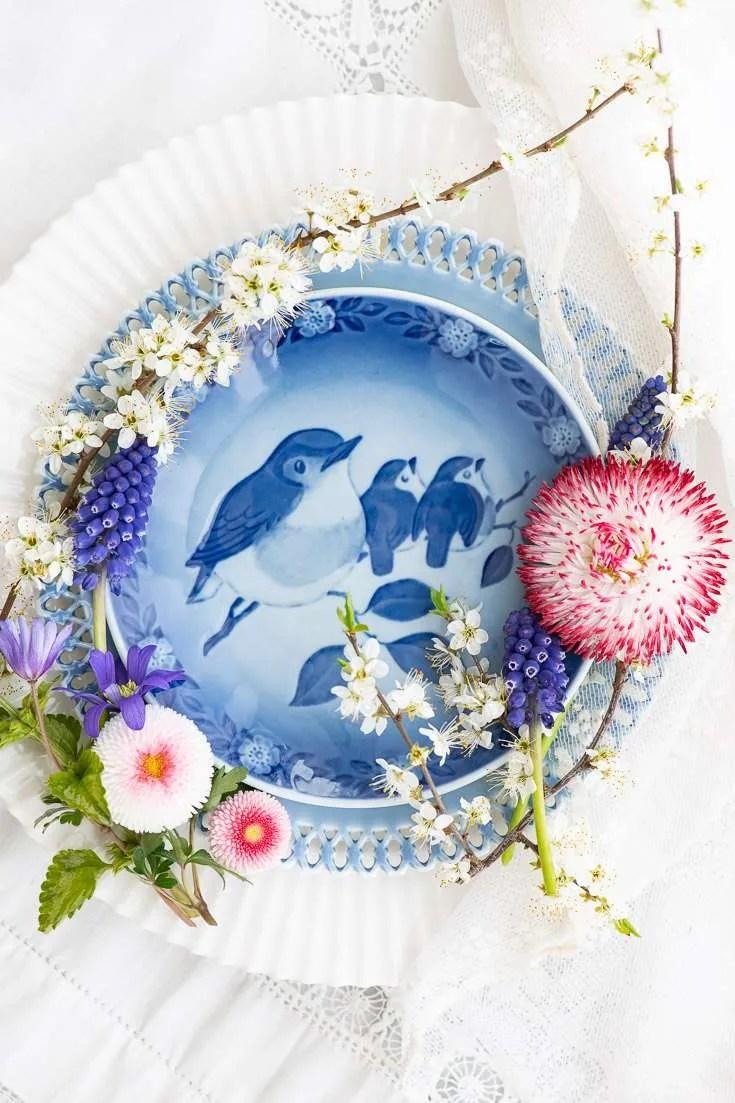 En mors dags tallerken omgivet af forårs blomster