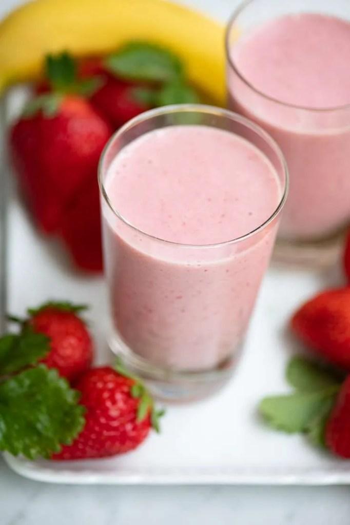 To glas med jordbær banan smoothie