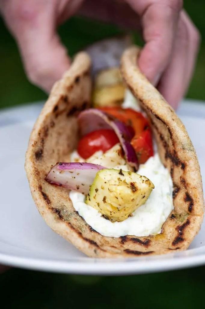 Et græsk pitabrød med grillede grøntsager og tzatziki