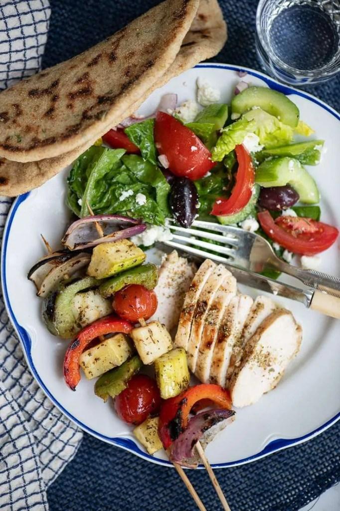 Her kan man se det grillede græske kyllingebryst som del af et græsk måltid