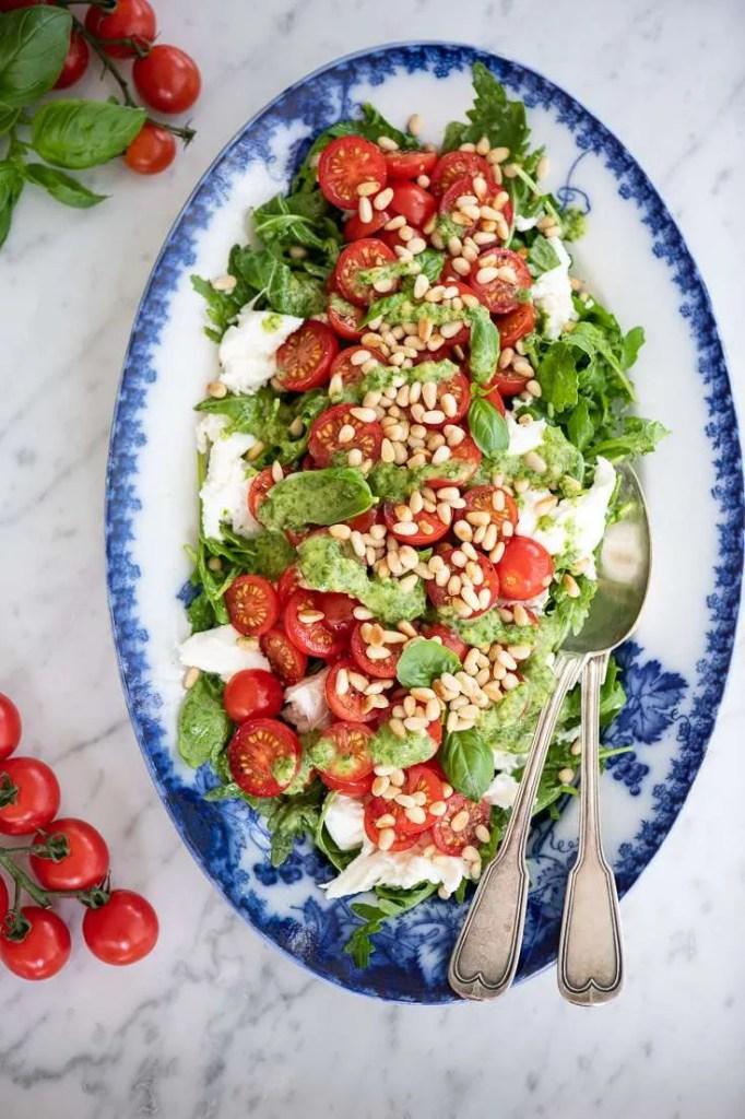 Et fad med den smukke tomatsalat med rucola
