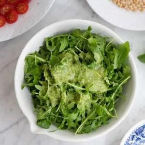 Her kan man se dressingen hældt over rucola salaten