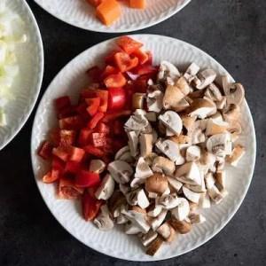 Finthakket rød peber og champignon
