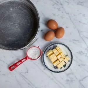 Her kan man se smør i terninger, æg og en smurt meldrysset form