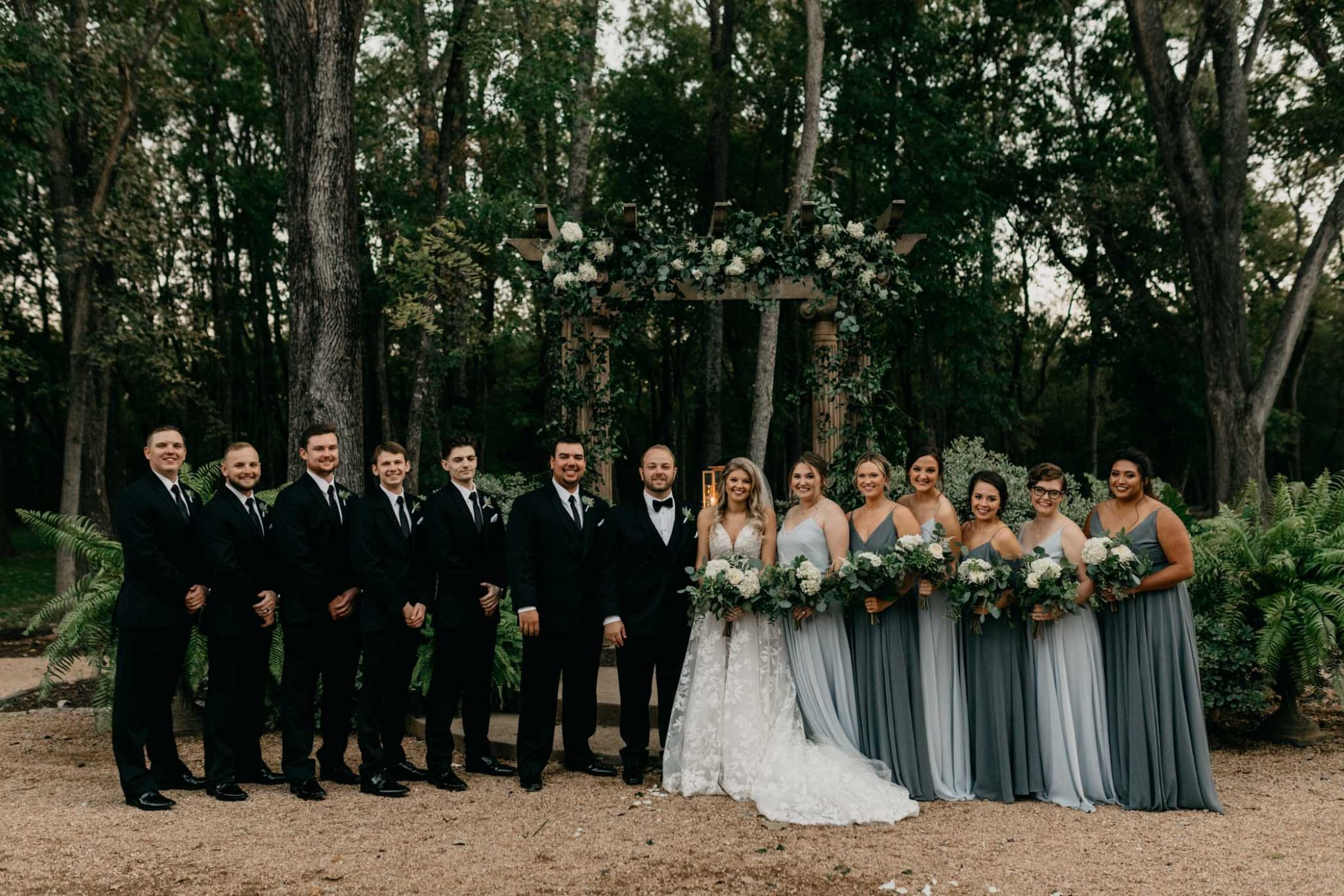 huge bridal party photo - bridesmaids wearing different shades of blue