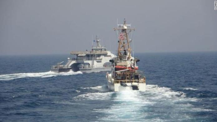 USA affyrer varselsskud mod iranske krigsskibe
