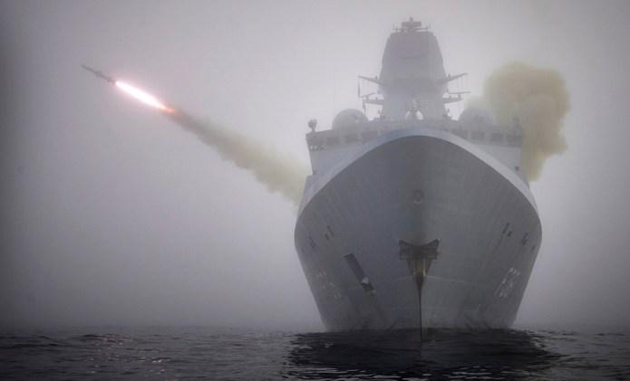 Vild video: Her affyrer dansk krigsskib missiler