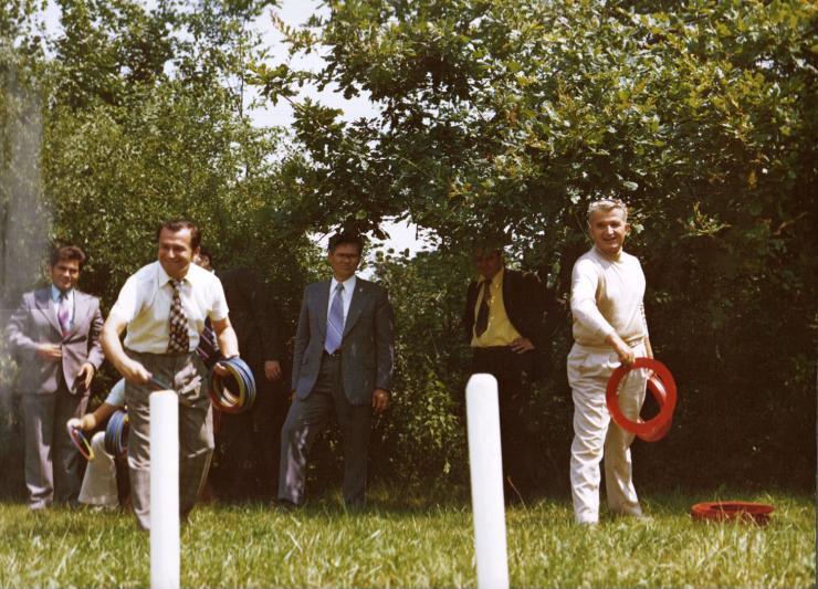 Ion Iliescu (stînga) complotînd împotriva lui Nicolae Ceauşescu (dreapta)