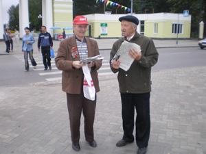 Коммунисты Марий Эл распространяют информационный материал своей партии. Фото: kprf.ru
