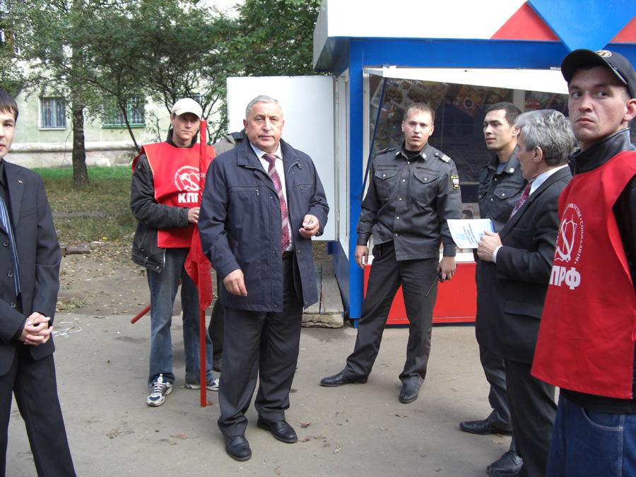 Н.Харитонов (в середине) выясняет отношения с милицией Марий Эл