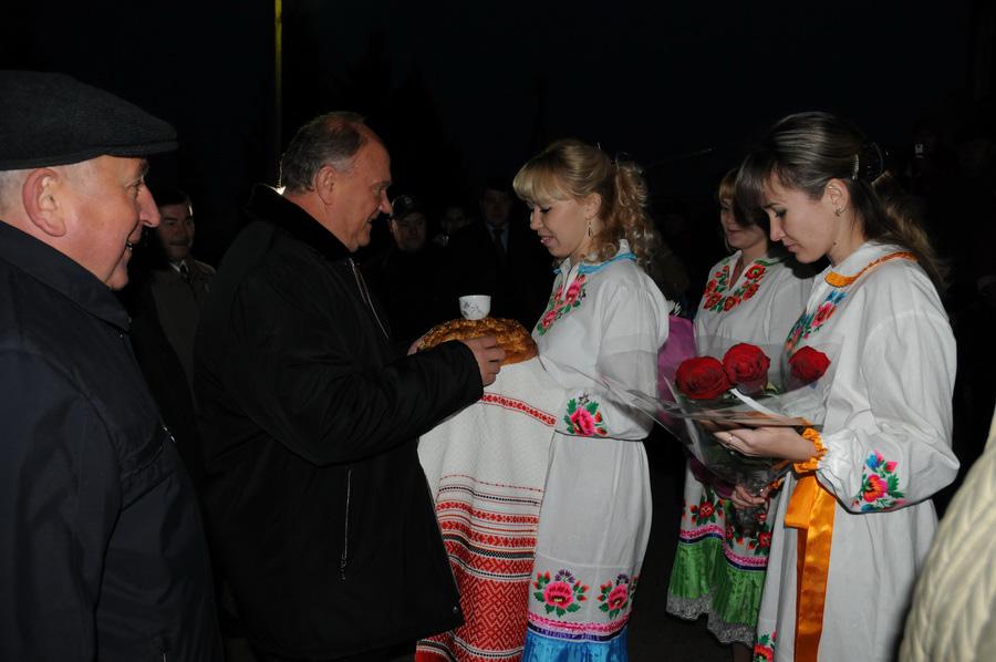 В СПК «Звениговский» Геннадия Зюганова встретили с хлебом-солью. Фото: kprf.ru