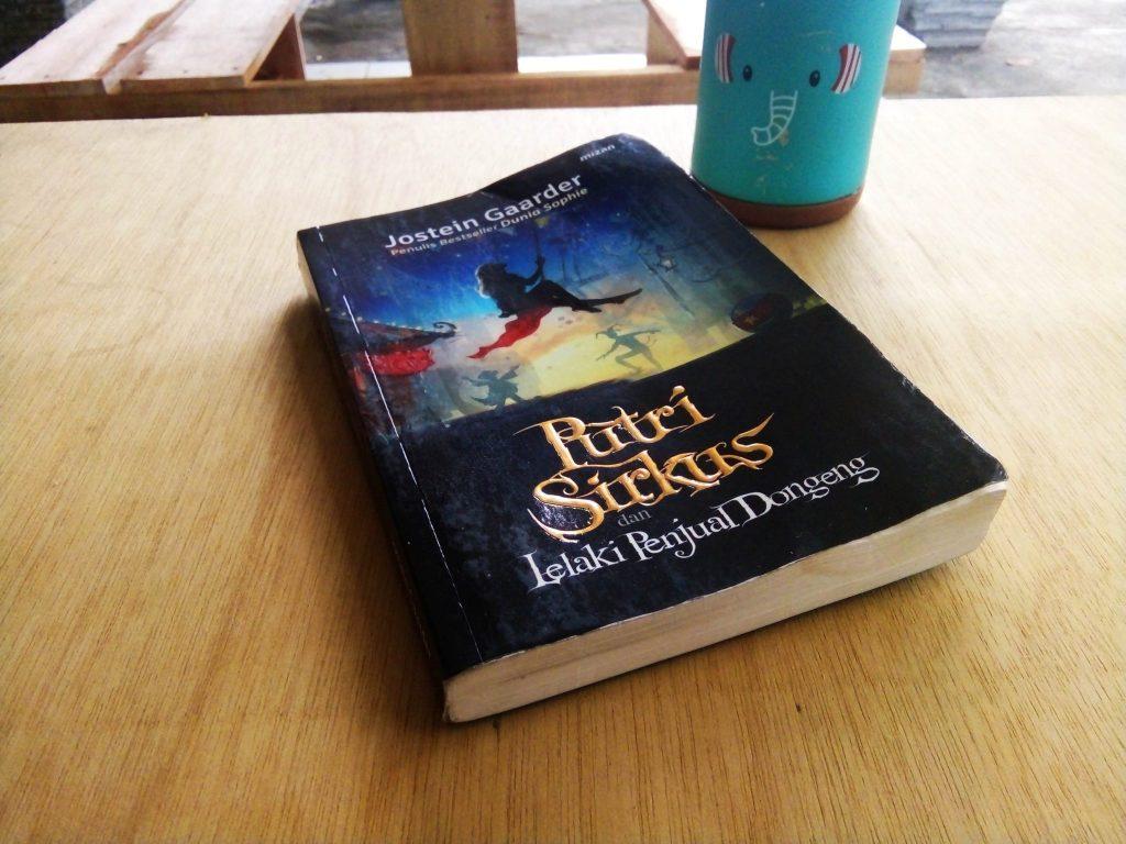 sampul buku putri sirkus yang imajinatif dan terkesan dari dunia khayalan