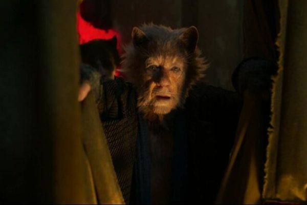 Sir Ian McKellen memerankan Gus: The Theatre Cat