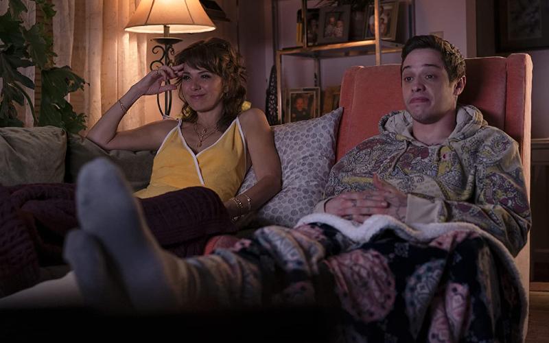Pete Davidson dna Marisa Tomei dalam The King of Staten Island