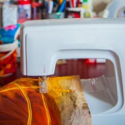 een punchmachine met een werkstuk eronder zonder naaigaren