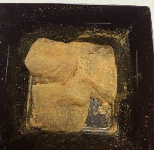 黒蜜を包んだわらび餅