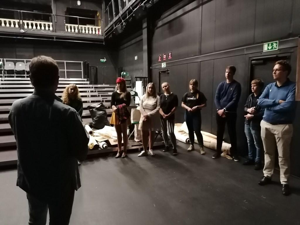 Külaskäik Eesti Noorsooteatrisse - kommunikatsioonijuht Peep Ehasalu tutvustamas lavatööd.